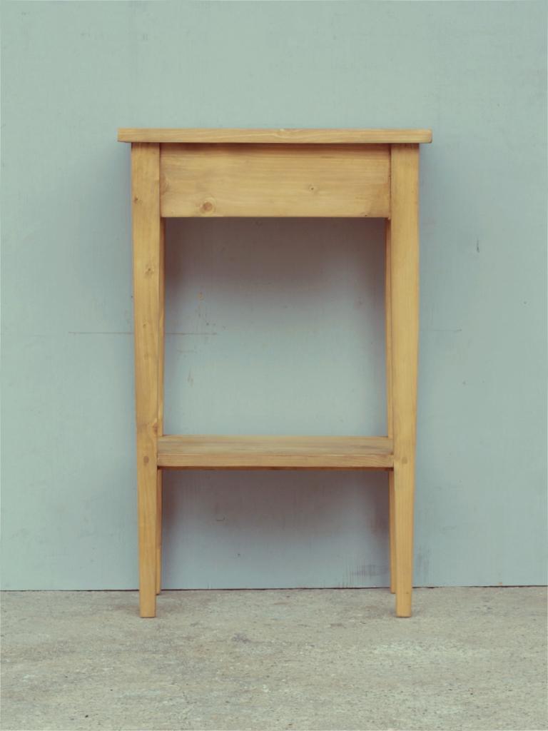 kleiner beistelltisch aus massivem fichtenholz gro e. Black Bedroom Furniture Sets. Home Design Ideas