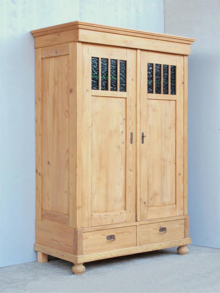 alter antiker kleiderschrank aus massivem kiefernholz katalog. Black Bedroom Furniture Sets. Home Design Ideas